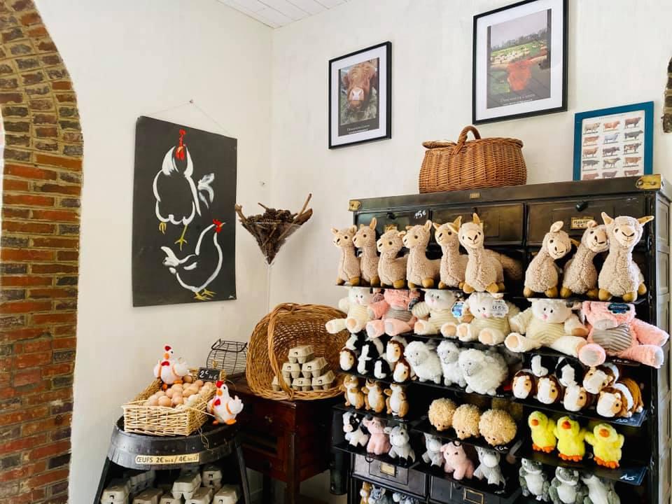 boutique souvenirs peluches à l'effigie de nos animaux de la ferme en vente libre dans notre ferme pédagogique, idée cadeau pour enfants petits et grands en normandie