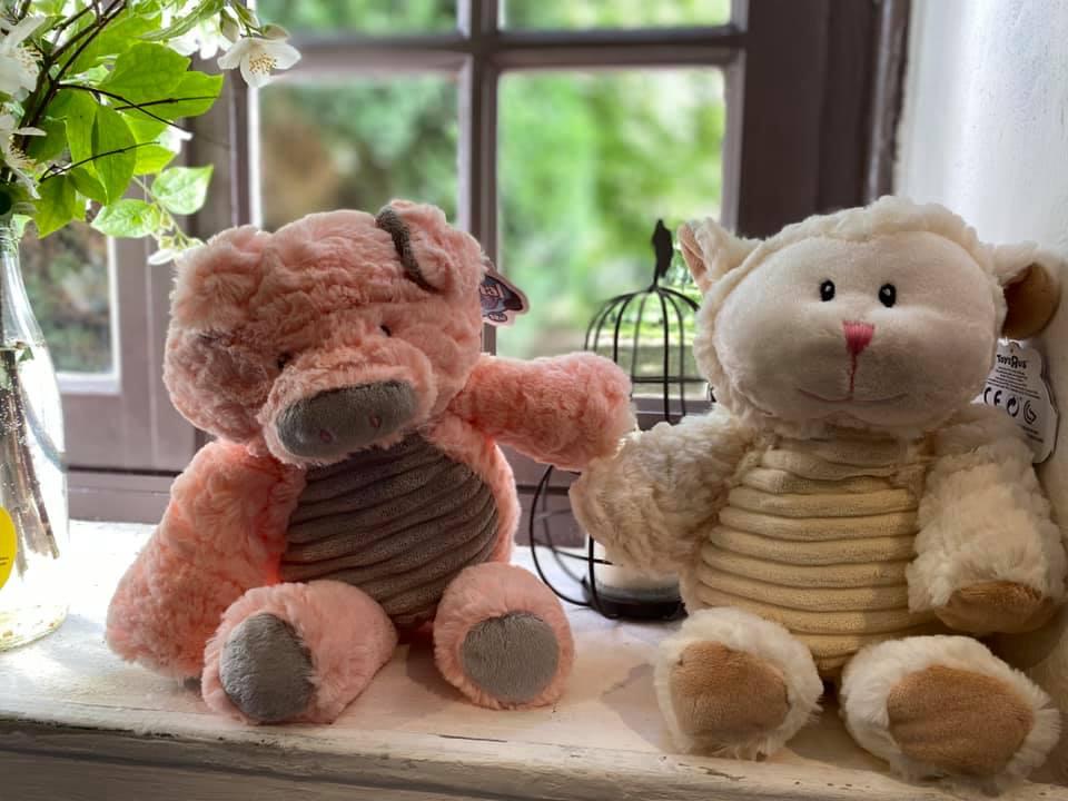 peluche mouton et cochon en vente libre dans notre ferme pédagogique, idée cadeau pour enfants petits et grands en normandie